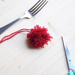 faire-un-pompon-avec-une-fourchette-finition