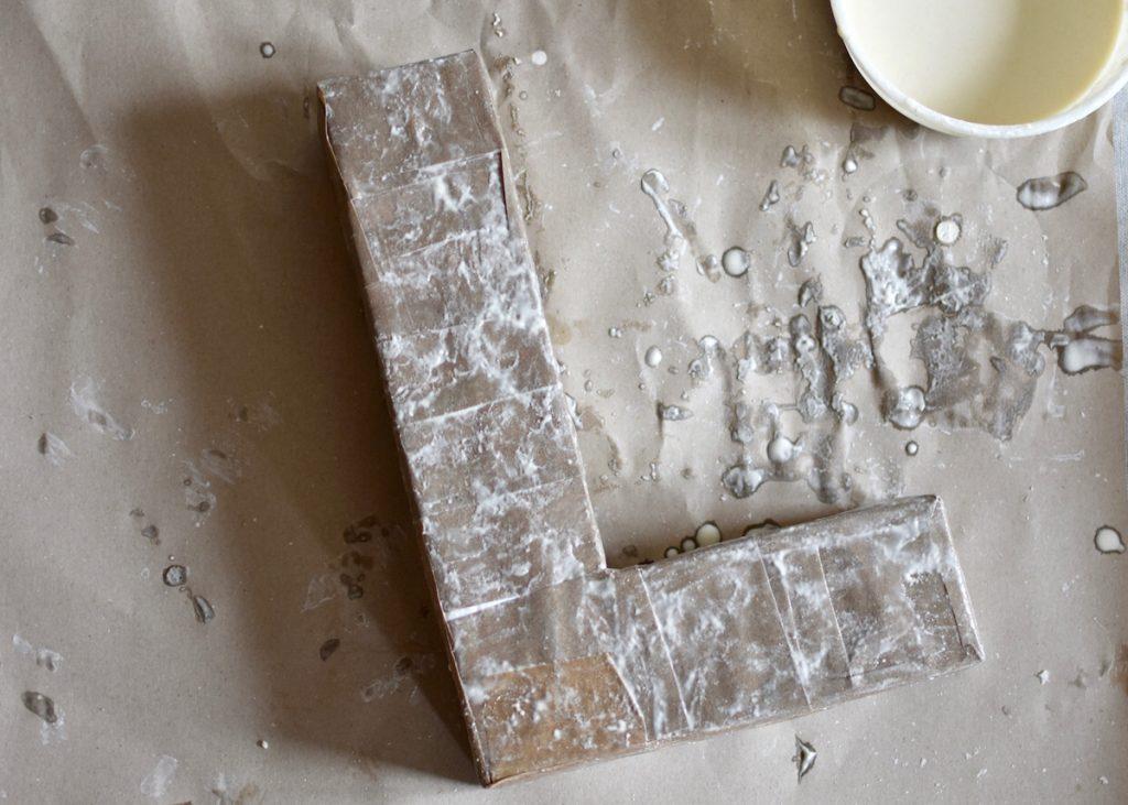 les étapes pour faire soi-même une lettre en carton 3D