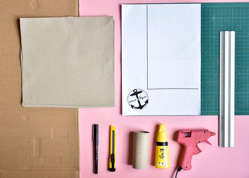 tout le matériel pour faire une lettre en carton à décorer
