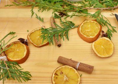 guirlande de noel avec des oranges séchées