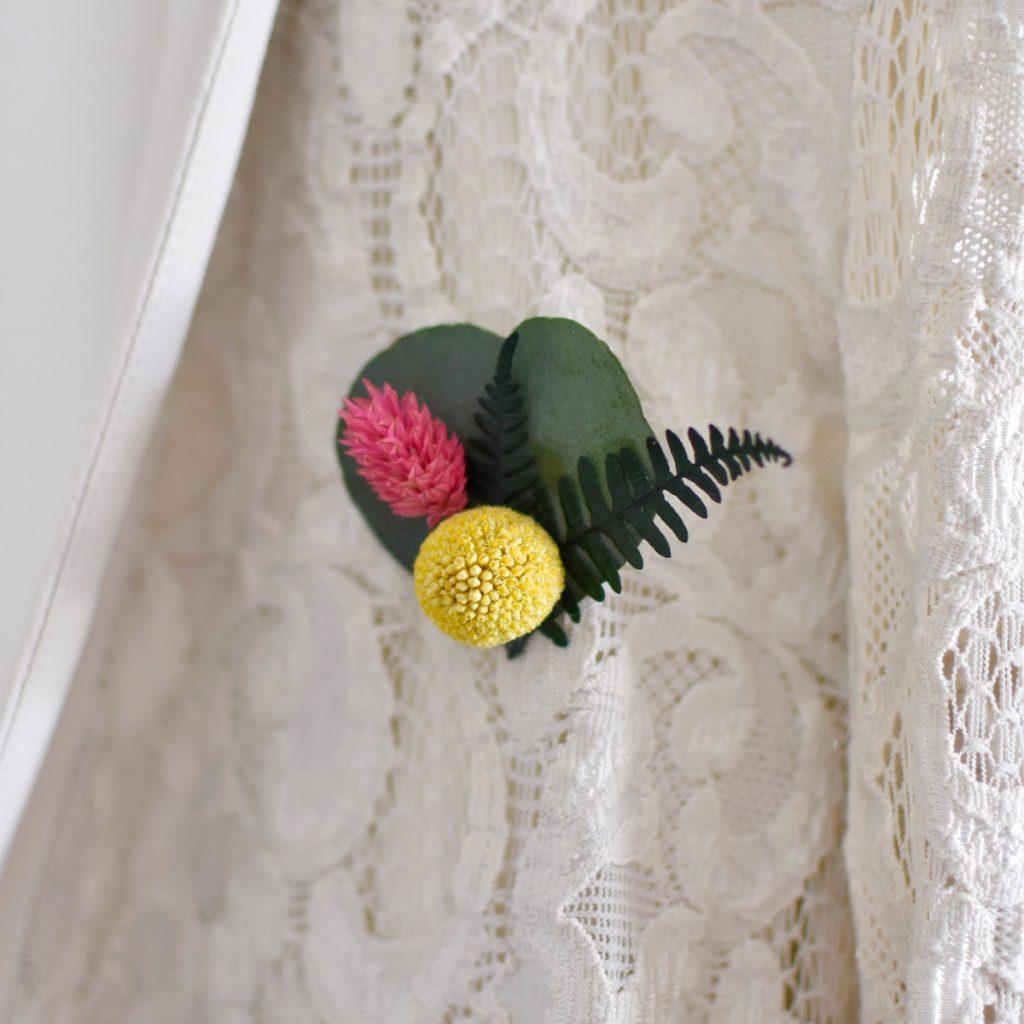 super jolie broche en fleurs séchées pour un style bohème chic