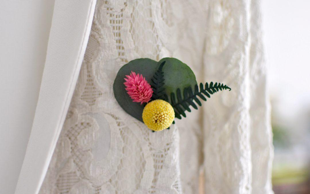 Comment faire une broche avec des fleurs séchées ?