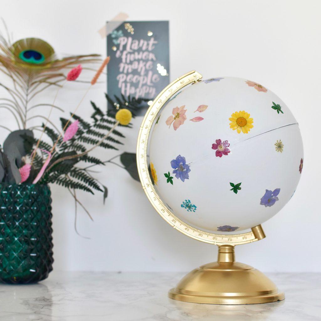 globe terrestre fleuri